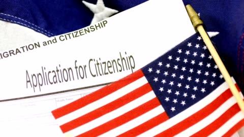 vídeos y material grabado en eventos de stock de inmigración americana, formas de ciudadanía con la bandera de estados unidos. - formulario de solicitud