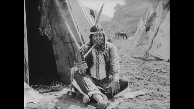 vídeos de stock e filmes b-roll de 1922 american indian chief smokes on american indian reservation - cultura tribal da américa do norte