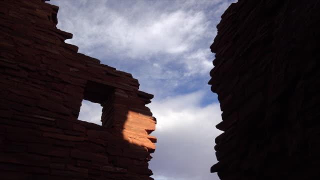 vídeos de stock e filmes b-roll de american indian ruins in silhouette against sky - pueblo cultura tribal da américa do norte
