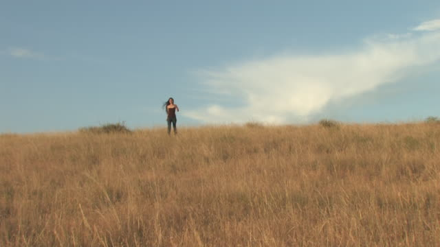 ms zi american indian young woman walking on great plains in grass / pine ridge, south dakota, united states    - indianischer abstammung stock-videos und b-roll-filmmaterial