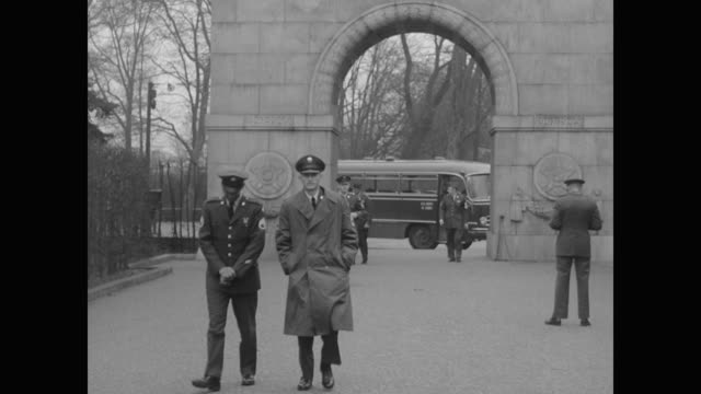 stockvideo's en b-roll-footage met american military tour bus stops at entrance to berlin's garden of remembrance - dubbeldekker bus