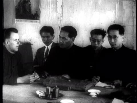 vídeos de stock, filmes e b-roll de american pow pilot identifies himself to a panel of chinese interrogators - artigos de vidro de laboratório