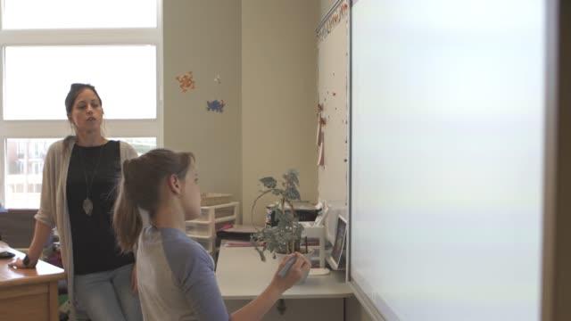 stockvideo's en b-roll-footage met amerikaanse school onderwijs activiteiten kinderen smart board - interactief