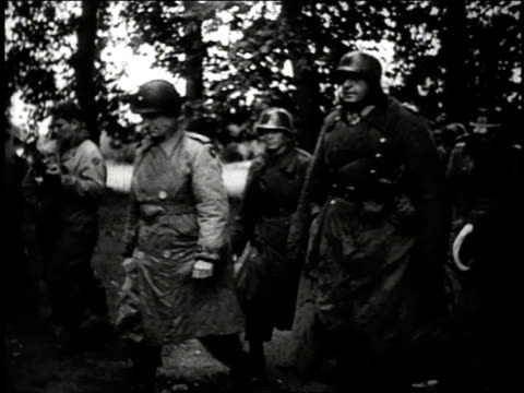 vidéos et rushes de american senior officer walking into building with photographers snapping pictures and german army soldiers walking around him / european theater of... - wehrmacht