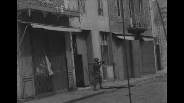 vs american soldier at balcony overlooking stmalo gis shoot automatic rifle at upper floor of building another fires bazooka soldier kicks open door... - deutsches militär stock-videos und b-roll-filmmaterial