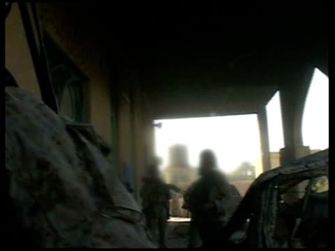 american soldier filmed shooting unarmed iraqi; pool iraq: fallujah: ext bv us marines moving towards mosque as meet second group of marines and... - al fallujah bildbanksvideor och videomaterial från bakom kulisserna