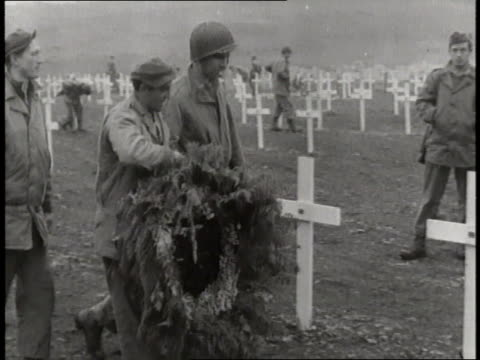 stockvideo's en b-roll-footage met american soldiers lay a wreath on a grave in attu alaska - geallieerde mogendheden