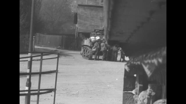 vidéos et rushes de vs american soldiers run through ruins of nuremberg / the men assist wounded comrades / jeeps drive through empty streets / men walk the streets and... - tout terrain urbain