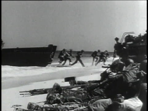 vídeos de stock, filmes e b-roll de american soldiers storming pacific beaches of japanese island / japan - guerra do pacífico