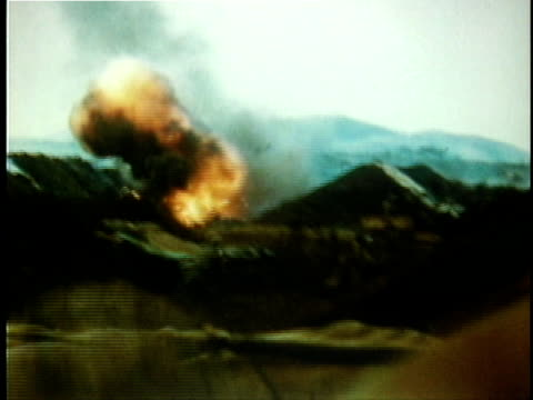 american soldiers taking cover khesanh base as incoming artillery shells explode around them / vietnam - 1968年点の映像素材/bロール