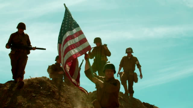 vídeos de stock e filmes b-roll de american soldiers taking flag up hill - soldado exército
