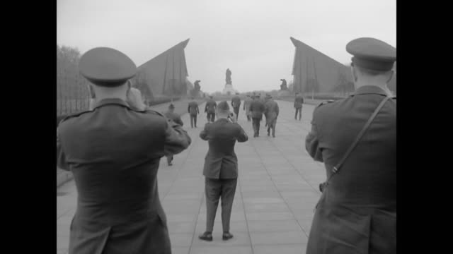 american soldiers tour berlin's garden of remembrance - 1962年点の映像素材/bロール