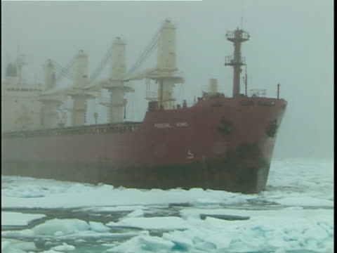 vidéos et rushes de ws american supply ship traveling to us airbase in greenland through sea ice, baffin bay, canada - arctique