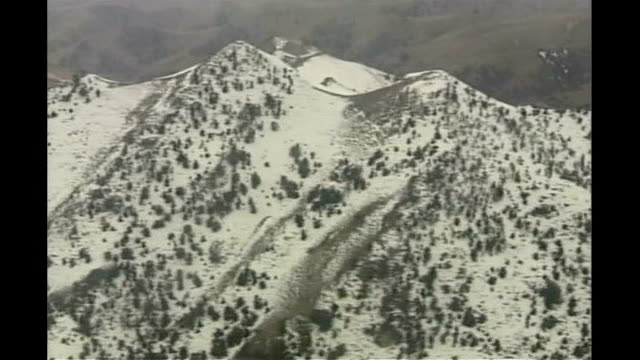 vídeos de stock e filmes b-roll de american vice president targeted in suicide bomb attack; tx 19.2.2007 pakistan: waziristan: ext air view snow-covered mountains armed soldiers on... - paquistão