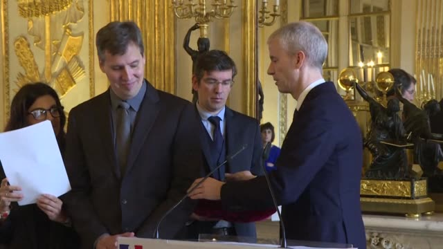 stockvideo's en b-roll-footage met american writer jeff kinney author of diary of a wimpy kid receives the insignia of the officer of the order of arts and letters from french culture... - arts culture and entertainment