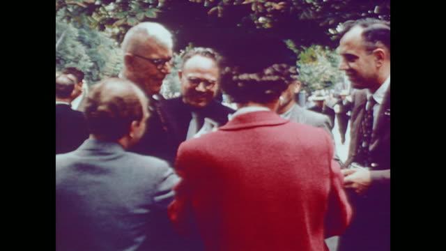 vídeos y material grabado en eventos de stock de 1959 americans meet with kiev social security staff - transferencia de impresión instantánea