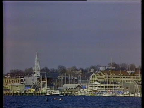 "; b) usa: rhode island: newport: ext gv harbour american flag over harbour road sign ""americas cup ave"" - ロードアイランド州点の映像素材/bロール"