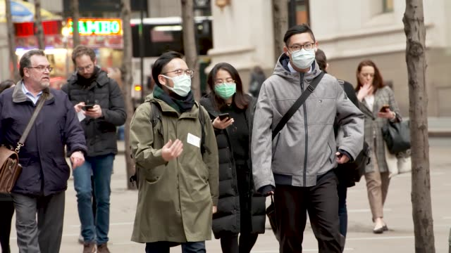 vídeos y material grabado en eventos de stock de amid growing concern during the global coronavirus pandemic continues people in new york city wear protect surgical masks as a preventative measure... - finanzas y economía