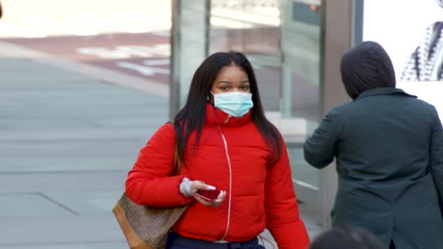 amid growing concern during the global coronavirus pandemic continues people in midtown manhattan new york city wear protect surgical masks as a... - kirurgmask bildbanksvideor och videomaterial från bakom kulisserna