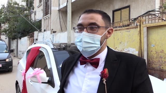 amid rising fatalities from coronavirus, the traditional weddings in gaza strip is being held without ceremonies. bride ala el-akkad and groom... - ospite video stock e b–roll