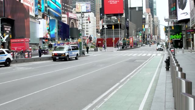 vídeos de stock, filmes e b-roll de amid the outbreak of the coronavirus disease times square in manhattan new york city has little tourism. schools and business have shutdown or... - broadway manhattan