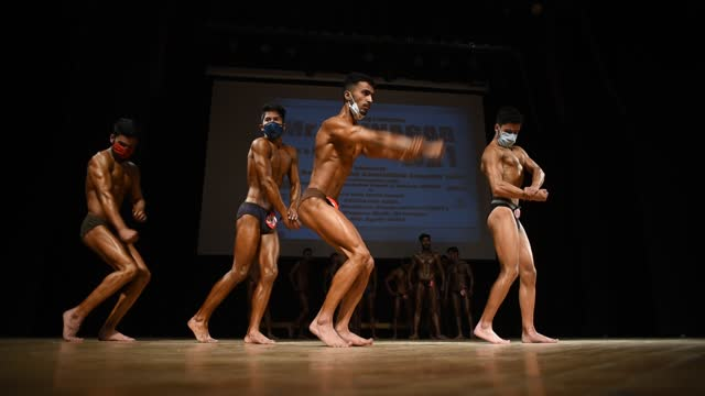 vidéos et rushes de amid the pandemic bodybuilders strike a pose during the mr. srinagar bodybuilding competition organized by jammu and kashmir bodybuilding... - body building