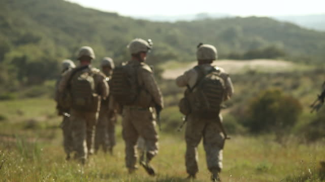 vídeos de stock, filmes e b-roll de ms  amongst marines squadron holding position ingrassy field  audio / camp pendleton, ca, united states - exército