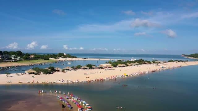 vídeos de stock, filmes e b-roll de praia do amor localizada às margens do rio tapajós, no município de alter do chão, na amazônia brasileira - turista