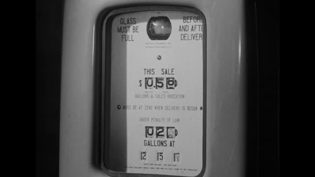 vídeos y material grabado en eventos de stock de 1948 cu amount going up on a gas pump - bomba de combustible