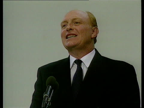 vidéos et rushes de feeds amp rushes see r01109101 england sussex brighton cms tom sawyer on podium introduces neil kinnock mp sof cms kinnock gets up to take podium pan... - socialisme