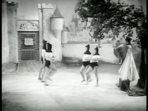 amp; the minstrel part ii: king w/ music box under 'tree of justice' signaling everyone to him. the princess minstrel & knight join the archers... - 1952 bildbanksvideor och videomaterial från bakom kulisserna
