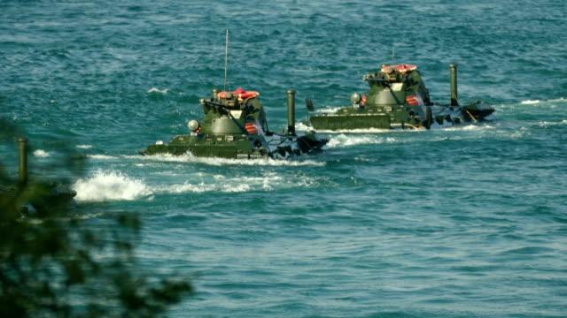 海岸に接近装甲兵員輸送車の水陸両用攻撃 - 海兵隊員点の映像素材/bロール