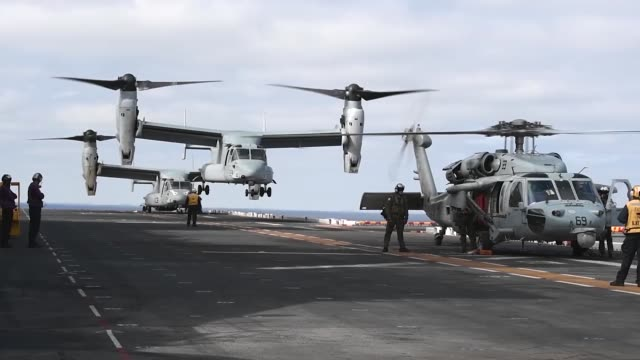 stockvideo's en b-roll-footage met amphibious assault ship uss boxer currently located in the indo pacific region conducts flight operations - amerikaanse zeemacht
