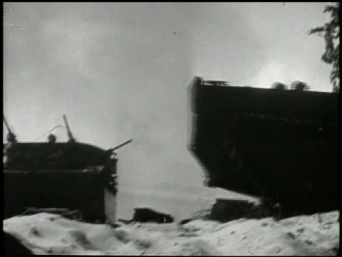 s amphibious tanks rolling onto beach marines 27th infantry regiment soldiers jumping off crafts soldiers in defensive positions one yelling another... - amfibiefordon bildbanksvideor och videomaterial från bakom kulisserna