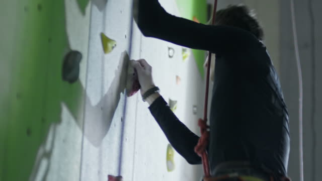 vídeos y material grabado en eventos de stock de amputee athlete climbing without prosthetic leg - amputado
