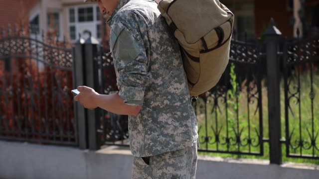 vídeos de stock e filmes b-roll de amputee soldier text messaging to his family on his way home - regresso ao lar