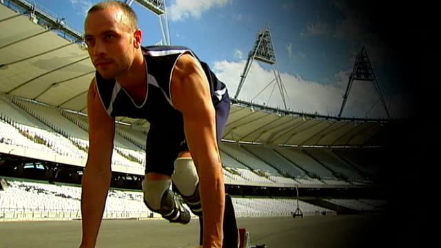 amputees struggling to get adequate prosthetic limbs t26051132 / tx londonstratford olympic stadium oscar pistorius posing for photocall in starting... - オスカー・ピストリウス点の映像素材/bロール