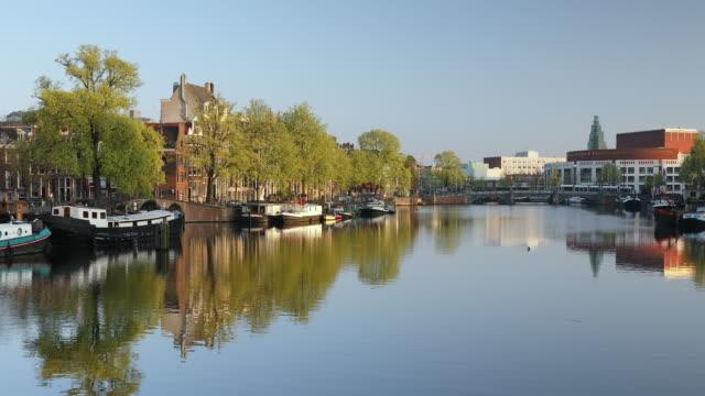 vidéos et rushes de amstel river, amsterdam, netherlands, europe - canal eau vive