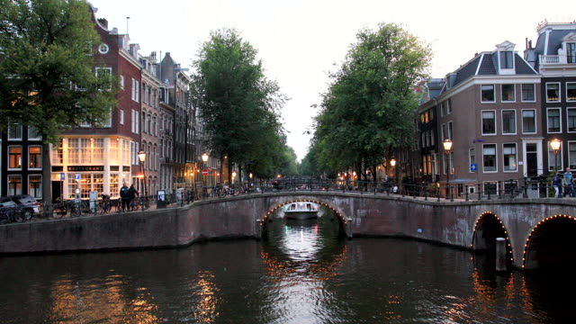 video prinsengracht amsterdam canal 4k - brücke stock-videos und b-roll-filmmaterial
