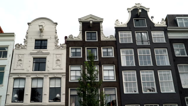 stockvideo's en b-roll-footage met amsterdam canal homes - te klein