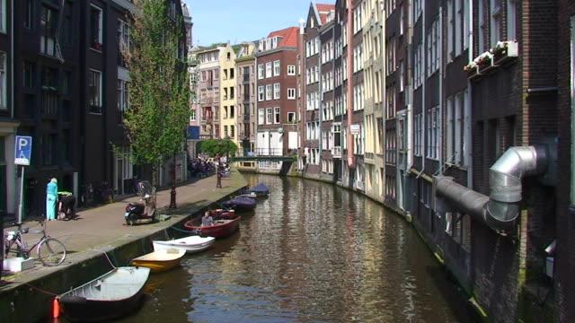 vídeos de stock e filmes b-roll de canal de amsterdam - barco casa