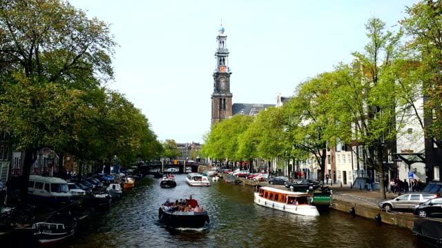 vídeos y material grabado en eventos de stock de canal de amsterdam con westerkerk en verano - estrecho