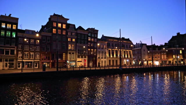 stockvideo's en b-roll-footage met amsterdam canals by night - schemering