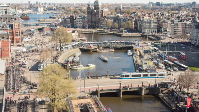 vídeos de stock e filmes b-roll de time lapse: amsterdam central station traffic - aerial - distrito financeiro