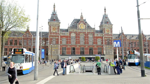 montaggio in sequenza:  stazione centrale di amsterdam - stazione video stock e b–roll