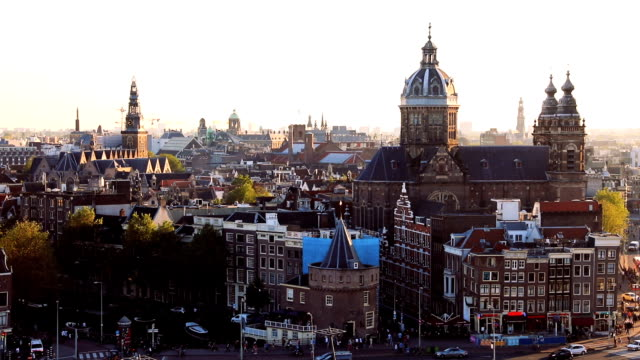 vídeos de stock e filmes b-roll de amsterdam cityscape - view over the cathedral and old town - catedral