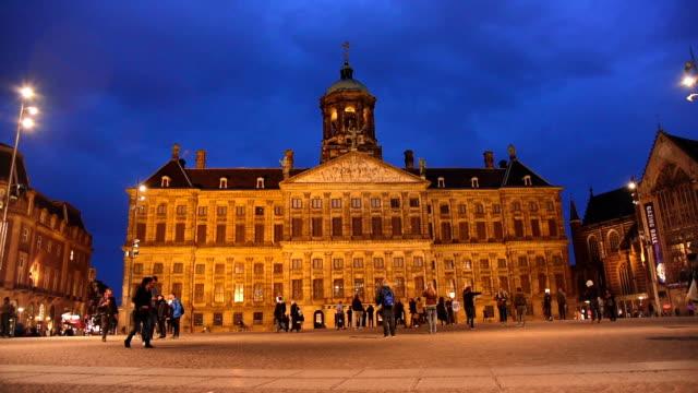 vidéos et rushes de amsterdam dam square et touristes du palais royal de marche dans la rue - ligne de tramway