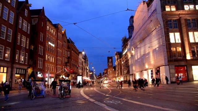 vidéos et rushes de amsterdam dam square et touristes du palais royal de marche dans la rue (ed) - ligne de tramway