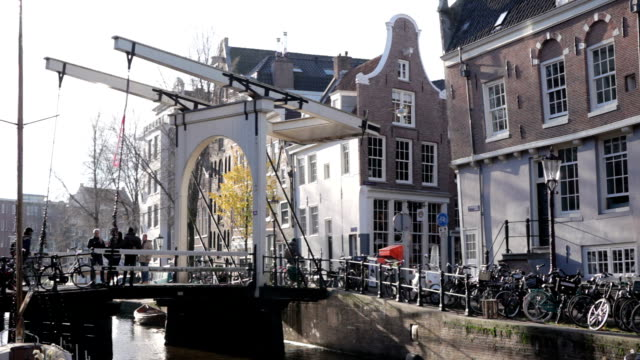 vídeos de stock, filmes e b-roll de amsterdam drawbridge in autumn - drawbridge