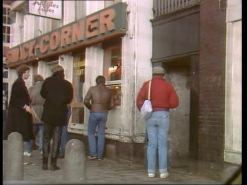 stockvideo's en b-roll-footage met amsterdam lms drug addicts on street corners lms drug addict standing on pavement ms another standing ms more standing about in street night lms... - stadsdeel